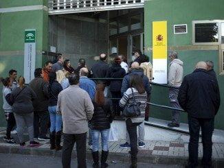Andalucía continúa siendo, un mes más, una de las comunidades que lidera el descenso del paro