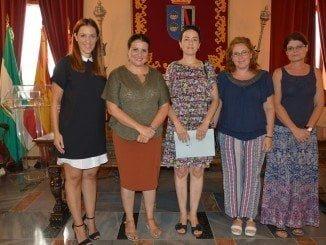 La alcaldesa de Almonte junto a representantes de la asociación