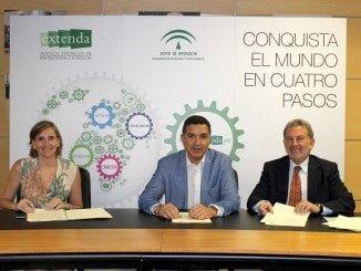 Instantánea de la firma del convenio de Extenda con IDEA
