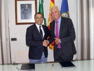 Ignacio Caraballo y José Manuel Díaz tras la firma del convenio