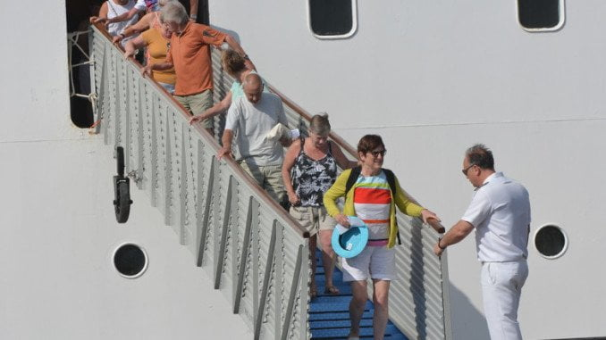 Turistas desembarcando en Huelva en uno de los viajes de este crucero a la capital