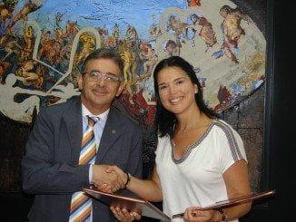 El rector de la UHU y la responsable de la Escuela de Idiomas Carlos V firman el acuerdo