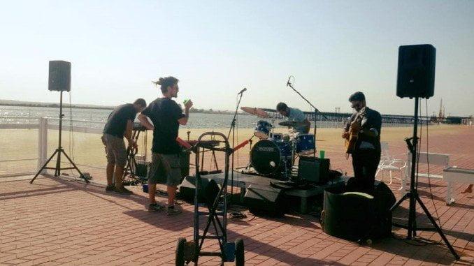 Con los preparativos, poco antes de ofrecer el primer concierto del Mosquito en el Paseo de la Ría