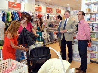 El delegado del Gobierno de la Junta y el delegado de Economía en su visita a la empresa Eslouan