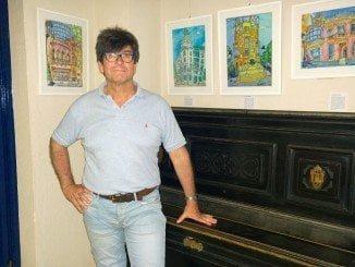 El artista con algunas de sus obras