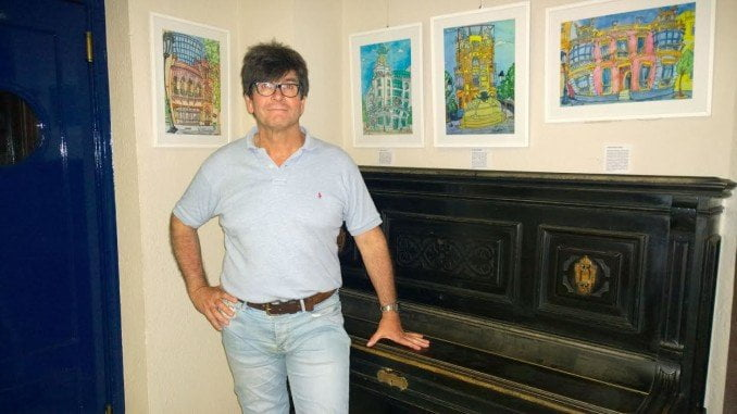 Espuelas posa junto con algunas de sus obras de ´Mi Huelva´, que decorarán la sala en la que se desarrollarán las jornadas