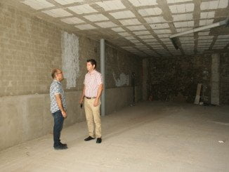 Manuel Cayuela con uno de los técnicos de Urbanismo visitando el centro