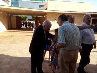 El obispo de Huelva, saludando a los asistentes al acto