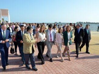 Susana Díaz, junto al resto de autoridades, en la inauguración del Paseo de la Ría