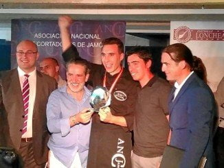El joven celebra su éxito en el campeonato nacional