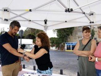 La psicologa del la AECC de Huelva realiza al concejal una prueba en la piel.