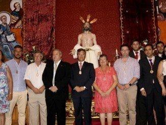 Las autoridades isleñas junto al autor de la imagen y los miembros de la Pro Hermandad