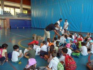 Los niños asisten en Isla a las explicaciones sobre la fotoprotección