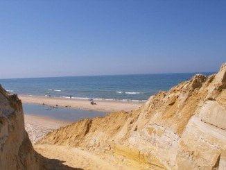 Los acantilados de la playa de Mazagón están presentes en el último número de la revista