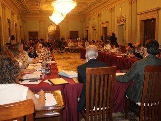 Celebración de un pleno en el Ayuntamiento de Huelva