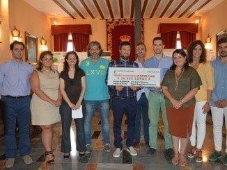 La alcaldesa de Almonte, Rocío  Espinosa, con los equipos ganadores