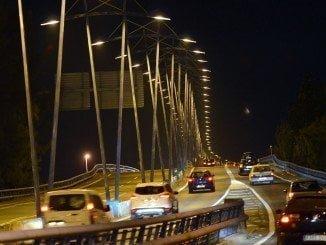 Momentos después de iluminarse el puente tras más de dos años sin luz alguna