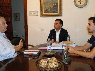 Reunión entre el alcalde de Moguer, Gustavo Cuellar y el presidente de UPA-Huelva, Manuel Piedra