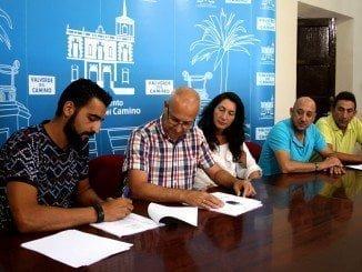 La alcaldesa y el presidente de CSI-F Huelva en la firma del convenio