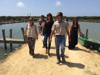 Jiménez, junto a la alcaldesa de Punta Umbría, en su visita a la empresa