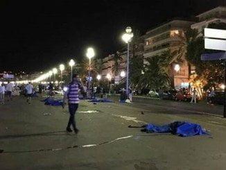 Heridos y muertos en la calle, en Niza anoche, después que un camión arrollara a una multitud en Niza