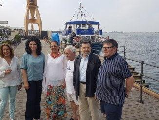 La consejera de Turismo ha viajado en la canoa de Punta esta mañana, junto con el presidente de la APH