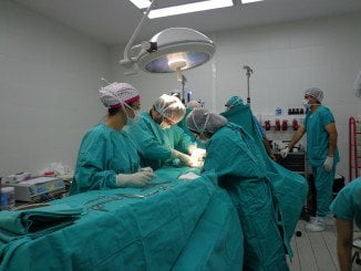 La lista de espera para intervenciones quirúrgicas es incompatible con el cierre de quirófanos en verano