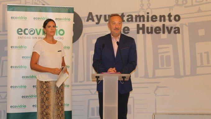 Manuel Gómez Márquez, acompañado por Coral Rojas-Marcos, gerente de zona de Ecovidrio