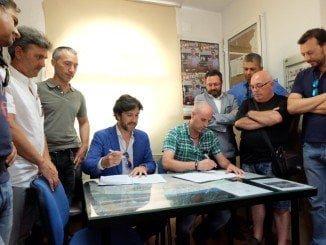 Momento de la firma del convenio entre Emtusa y el Ayuntamiento de Huelva