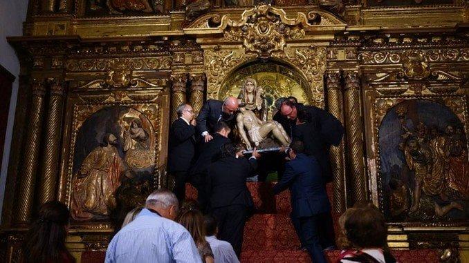 Imagen retrospectiva de la bajada de la Virgen de las Angustias del Camerín
