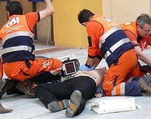 Profesionales realizan tareas de reanimación cardiopulmonar con desfibriladores