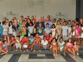 El vicepresidente de la Junta y consejero de la Presidencia y Administración Local, Manuel Jiménez Barrios, recibe a un grupo de niños saharauis que han pasado el verano con familias andaluzas dentro el programa 'Vacaciones en Paz'