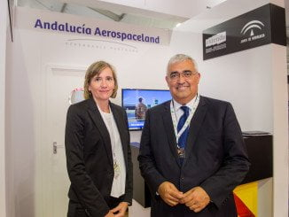 Consejero de Economía y consejera delegada de Extenda en la Feria Aeronáutica del Reino Unido.