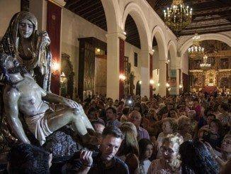 Numerosos fieles mostraron sus deseos de portar sobre sus hombros a la Virgen de Las Angustias