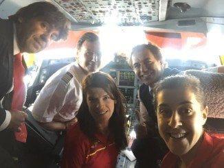 La campeona onubense junto a Ruth Beitia, en la cabina de pilotos en su regreso a España