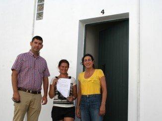 La primera familia que recibe la licencia de primera ocupación en las viviendas de autoconstrucción de Valverde