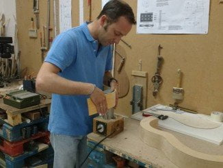 Construcción de una guitarra en La Cavaera