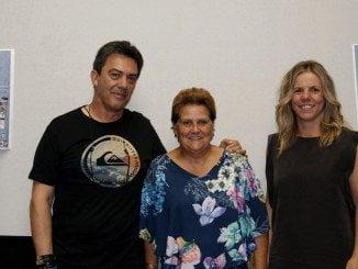 Francis Silva, presidente de AFIC,.la alcaldesa, Antonia Grao y Montserrat Márquez, concejala de Turismo, en la presentación del Premio Fotográfico Virgen del Rosario