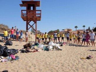 Ayamonte#Love2sea en colaboración con otros colectivos limpiaron una zona de la playa de Isla Canela