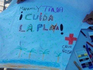 Cruz Roja organiza un taller de cometas para que los niños llenen el cielo del Portil de mensajes en pro del medioambiente