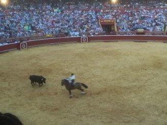 Andrés Romero, que fue quien mejor toreo a caballo, es el único que cuando entramos en el ecuador de la tarde no ha cortado oreja