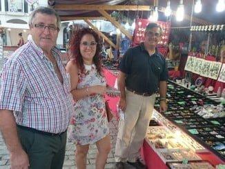 Juan Hernández, Nerea Ortega y Francisco González en uno de los puestos del Mercado  Ye-ye de Isla Cristina.