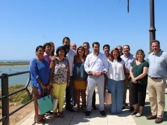 El presidente del PP andaluz, junto a miembros del partido en Huelva, en su visita a Cartaya