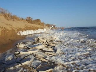 IU cree que los sacos de arena en las playas no sirven para nada