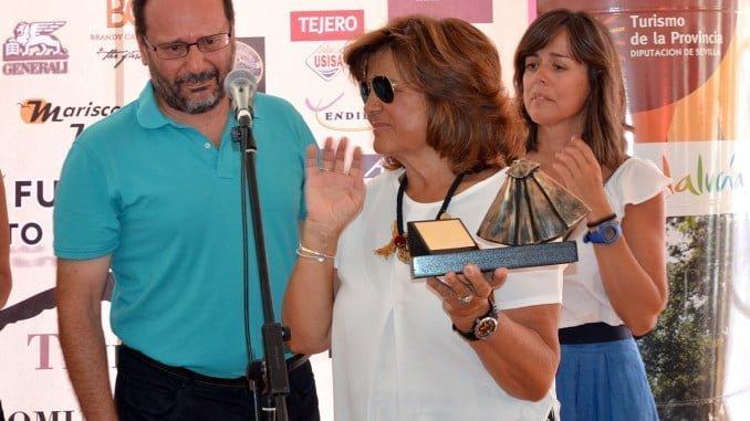 Familiares de Pedro Delgado recogen el trofeo por su labor y dedicación al mundo taurino