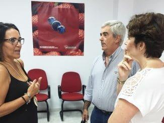 La diputada Pepa González Bayo en un encuentro con el presidente de Freshuelva