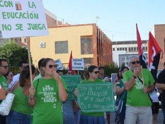 Personal docente y familiares de alumnos protestan ante la Delegación de Educación de Huelva