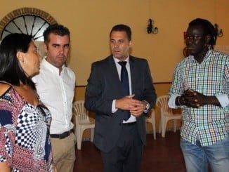 El presidente de Diappo M´bay Guissé recibió al representante de la entidad bancaria y a la concejala de Bienestar Social de Moguer