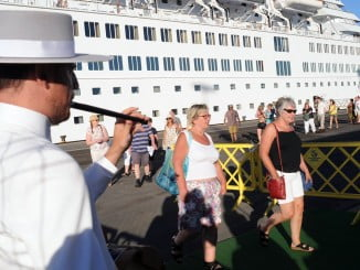 Los turistas son recibidos con sonidos de tamborileros