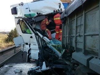 Los bomberos han tenido que rescatar del vehículo al conductor